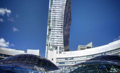 Błękit, beton, szkło